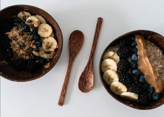 onvacay Coconut Bowls Set Ben Tre mit handgeschnitztem Löffel Smoothie Bowls Porridge onvacay.de @onvacayshop