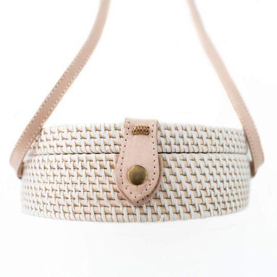 onvacay Weisse Canguu Bali Bag Atabag Rattan Tasche mit Lederriemen original naturprodukt onvacay.de @onvacayshop