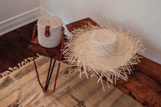 onvacay Tulamben Bali Tasche Zylinder Weiss Strohhut Jembong aus geflochtetem Atagras ausgefranzt handgeflochten onvacy.de @onvacayshop