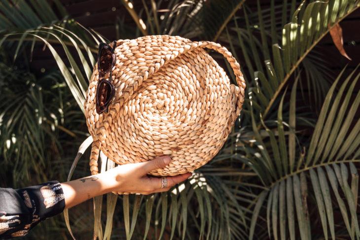 onvacay Melasti runde Tasche aus Bananenblättern handgeflochten Banana Bag onvacay.de @onvacayshop