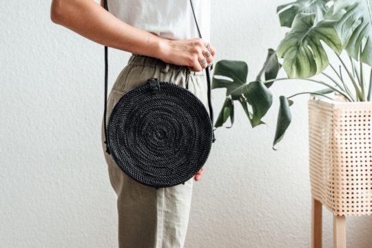 onvacay Schwarz Canguu Bali Bag Atabag Rattan Tasche mit Lederriemen handgeflochten original onvacay.de @onvacayshop