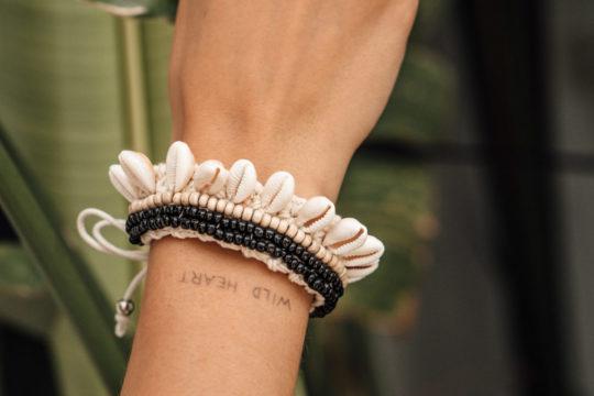 onvacay Ubud breites Muschelarmband mit Perlen handgemacht Accessoire onvacay.de @onvacayshop