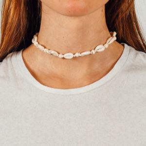 """Produktabbildung: """"Uluwatu"""" Muschelchoker mit naturfarbenen Perlen"""