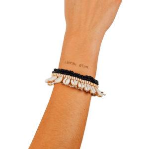 "Produktabbildung: ""Ubud"" breites Muschelarmband mit Perlen"