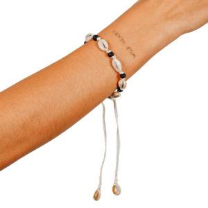 """Produktabbildung: """"Uluwatu"""" Muschelarmband oder -anklet mit schwarzen Perlen"""