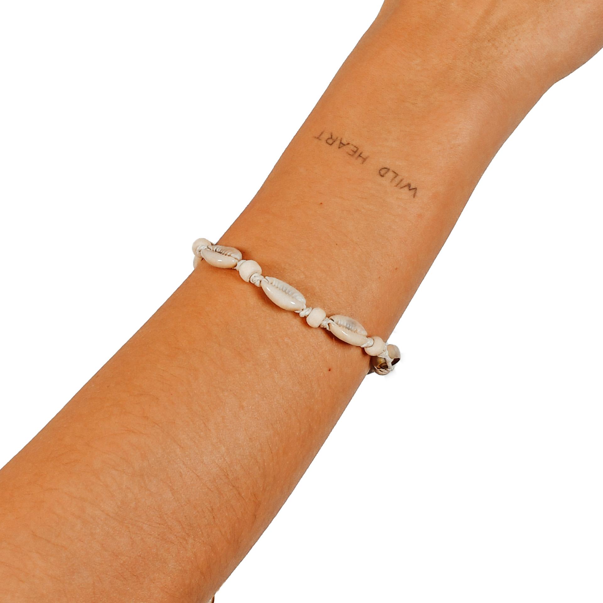 """Farbe: """"Uluwatu"""" Muschelarmband oder -anklet mit naturfarbenen Perlen"""