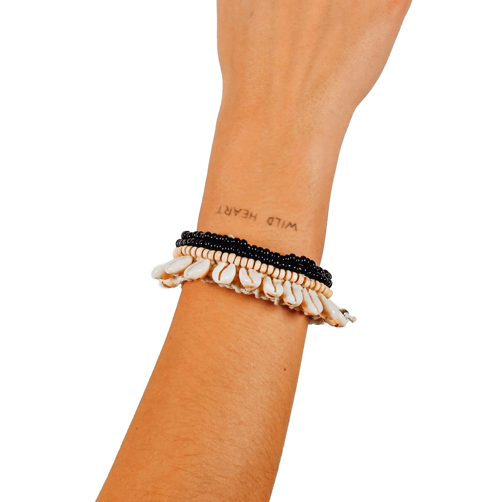 """Farbe: """"Ubud"""" breites Muschelarmband mit Perlen"""