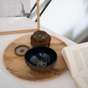 "Produktabbildung: ""Halong"" Coconut Bowl mit blauer Lackierung"